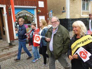 I tåget på Roslagen Pride anslöt Stefan Grath (Rimbo Samrådsgrupp) och Britt-Marie Bardon (Utbildningsnämnden)